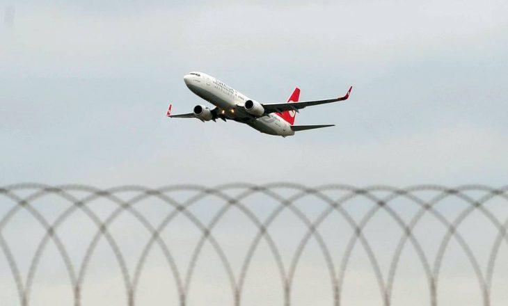 """""""Bombë"""" në aeroplan: Pasagjerët detyrohen të shkruajnë fjalën """"bombë"""" me të dyja duart"""