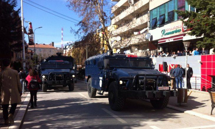 """Policia bllokon me autoblinda rrugën """"Rexhep Luci"""""""