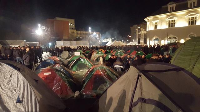 Policia thotë se ka gjetur koktej molotovi në tendat e protestuesve