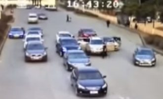 Përleshje e bandave kineze në mes të rrugës (Video)