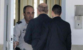Ish-kryeministri i Izraelit fillon dënimin me burg