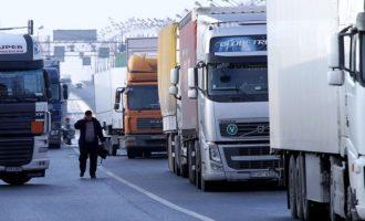 """Polonia dhe Ukraina mbyllin kufijtë, """"bllokohen"""" kamionët rus (Video)"""