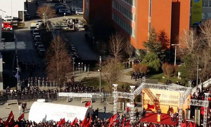 Qeveria dhe Kuvendi të rrethuara me qindra policë dhe autoblinda