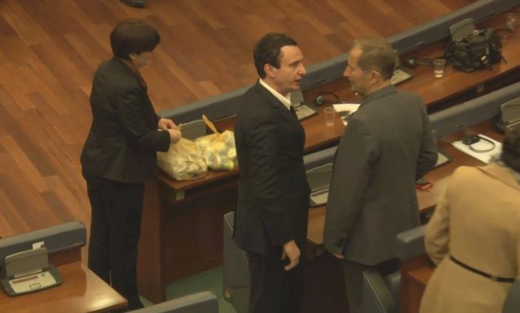 Deputetët opozitar hanë byrek në pritje të seancës