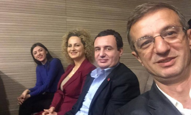 """Deputetët opozitarë """"përshëndesin"""" nga gjykata"""