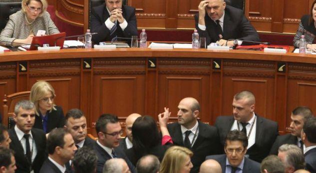 Kryeministri Rama tentohet të goditet me vezë në seancë plenare