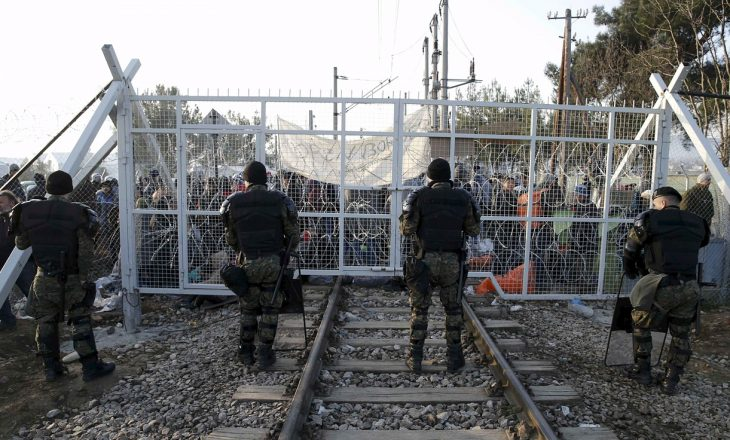 Policia greke largon refugjatët nga kufiri