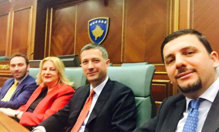 Opozita kundërshton, Ministrat bëjnë selfie
