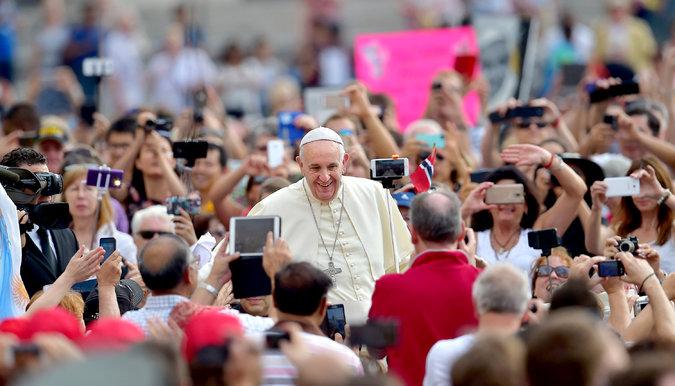 """Papa sulmon gazetarët që shkruajnë showbiz: Thashethemet janë formë """"terrorizmi"""""""