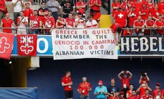 Ministri i jashtëm grek reagon ndaj pankartës së tifozëve kuqezi për çamët
