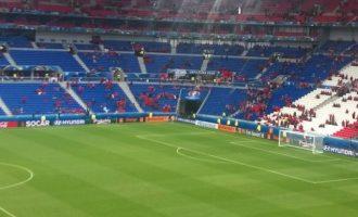 Një orë para ndeshjes, kuqezinjtë fillojnë ta mbushin stadiumin