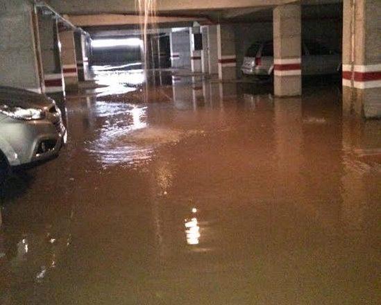 Reshjet e shiut rrezikojnë shembjen e ndërtesave të reja në lagjen Mati 1
