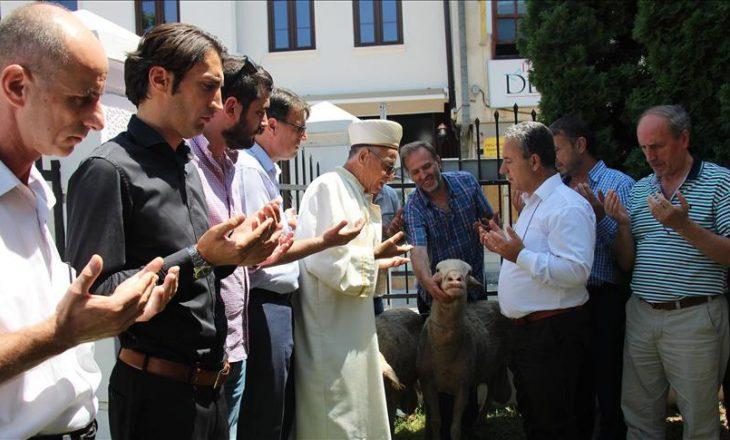 Në Shkup theren kurbanë falënderimi për dështimin e puçit në Turqi