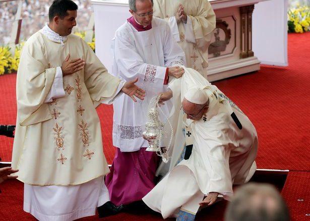 Rrëzohet Papa Françesku gjatë meshës në Poloni