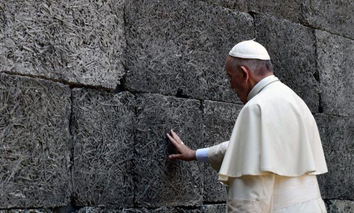 """Papa lutet që bota të çlirohet nga """"vala shkatërruese e terrorizmit"""""""