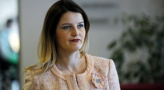 Gruaja e nënkryetarit të PDK-së, shefe në kabinetin e ministres së re