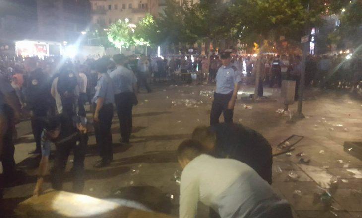 """Pamje nga shpërndarja nën panik e njerëzve në sheshin """"Zahir Pajaziti"""""""