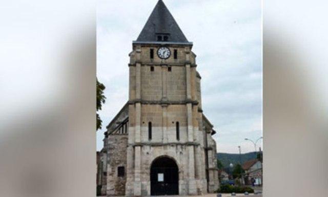Vriten dy pengmarrës në një kishë në Francë
