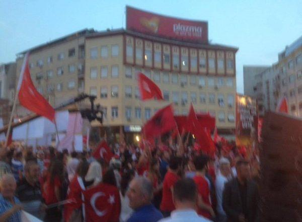 Mijëra qytetarë mblidhen në Shkup në përkrahje të Erdoganit