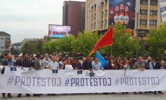 """Protestuesit kërkojnë dorëheqjen e personave të korruptuar nga """"Dosja e Shefave"""""""