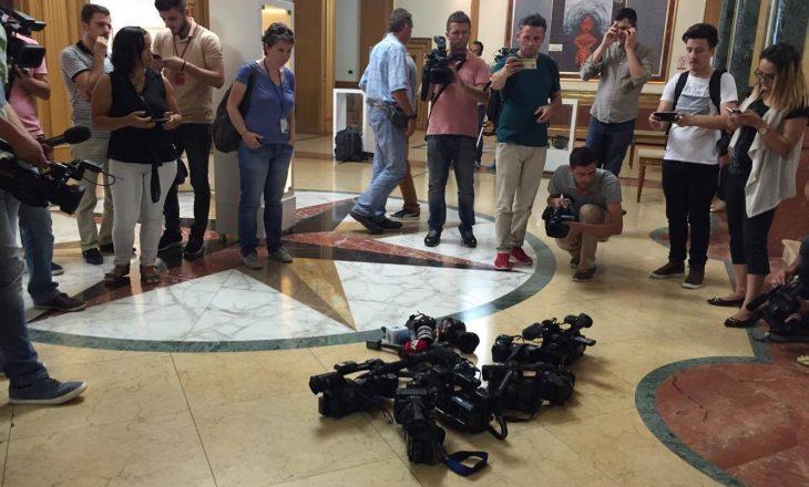 Gazetarët reagojnë për pengim të punës së tyre në Kuvend