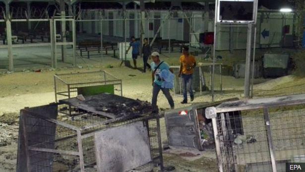 Mijëra emigrantë ikin nga zjarri në kamp