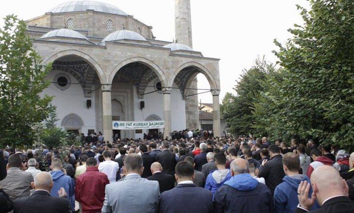 Besimtarët myslimanë falën namazin e Kurban Bajramit