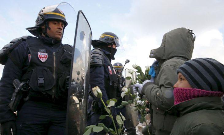 Përleshjes me policisë franceze dhe qindra refugjatëve