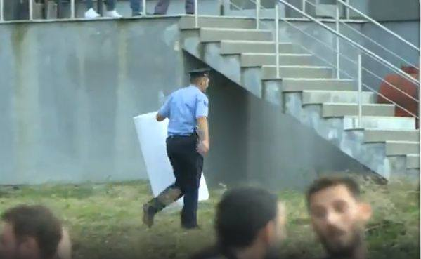 Policia largon parullën e vendosur nga studentët në Kishën Ortodokse