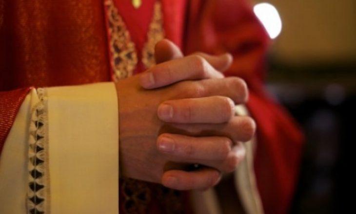 Prifti pretendon se e pa Zotin, thotë se është femër