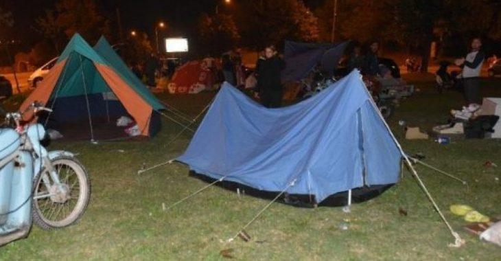 Të frikësuar nga tërmeti, shkupjanet kalojnë natën në tenda