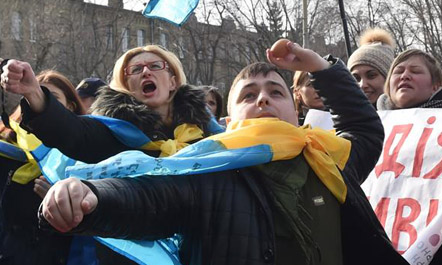 Protestues ukrainas bastisin ambasadën ruse