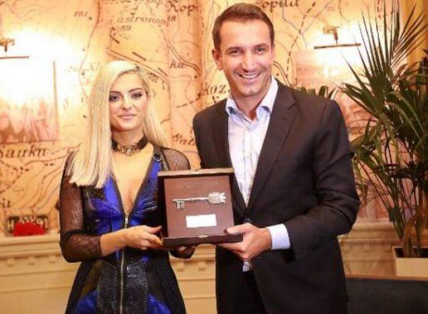 Bebe Rexha nderohet me 'Çelësin e Qytetit' në Tiranë