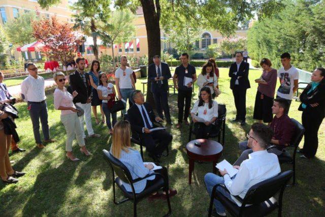 Ambasadori amerikan në Shqipëri flet për lidhjen e politikanëve me drogën