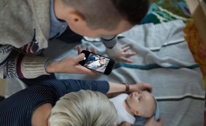 Adoleshentja padit prindërit për publikim të fotografive sa ishte fëmijë