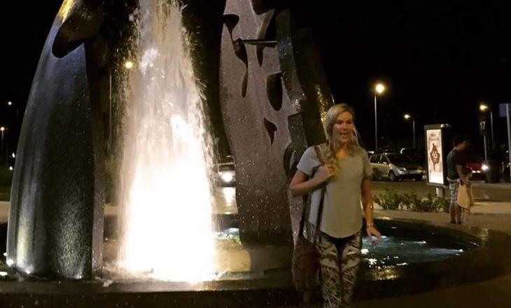 Joss Stone këndon shqip në qendër të Prishtinës (VIDEO)