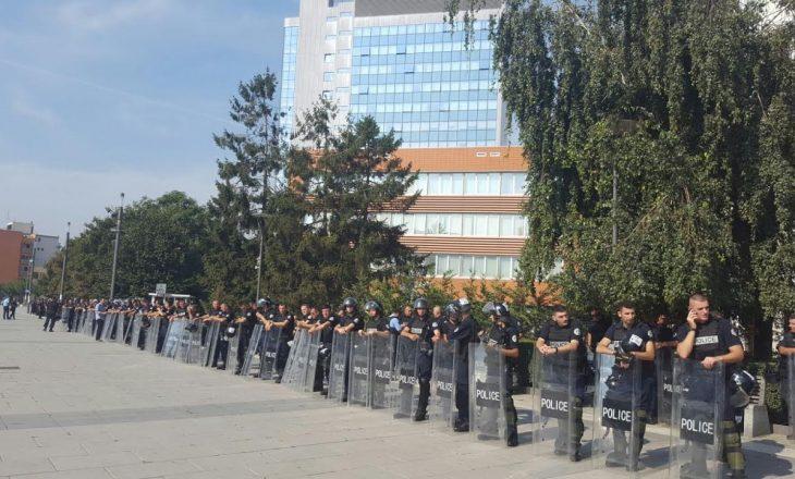 Policia rrethon Kuvendin para nisjes së seancës