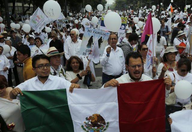 Me veshje të bardha kundër flamurit me ngjyra