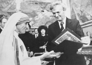 (Original Caption) Chairman of the Norwegian Nobel Institute, prof. John Sanness is handing over this year's Nobel Peace Prize to Mother Teresa.