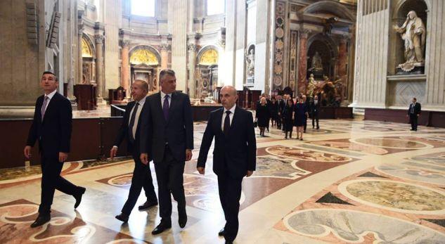 Pacolli sqaron përse ishte në Vatikan krah për krah me Thaçin e Mustafën