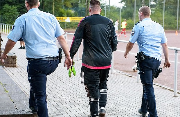 Portieri arrestohet pasi pësoi 43 gola në një ndeshje