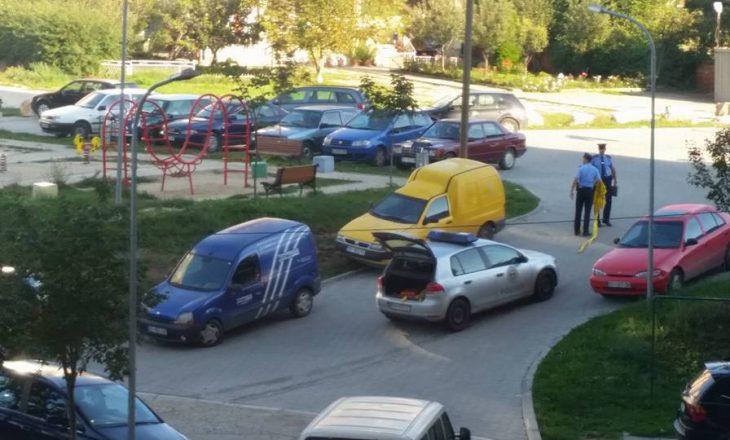Përleshje me thikë e armë në afërsi të një shkolle në Prishtinë