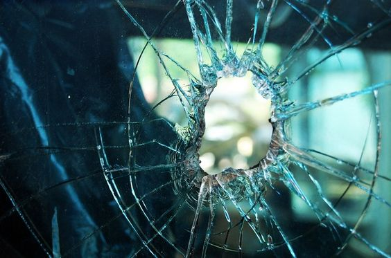 Të shtënat me armë në Prishtinë ia dëmtojnë xhamin një qytetari