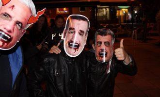"""#Protestoj prezanton maskat e politikanëve për """"Halloween"""""""