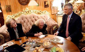 Lëvdata dhe raki – Presidenti dekoron Dritëro Agollin