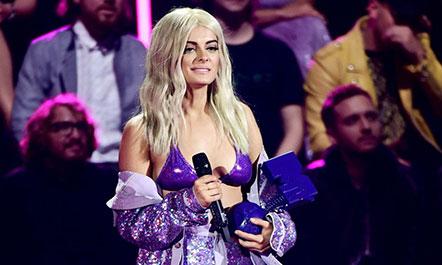 Bebe Rexha 'shkëlqen' në VMA (Foto)
