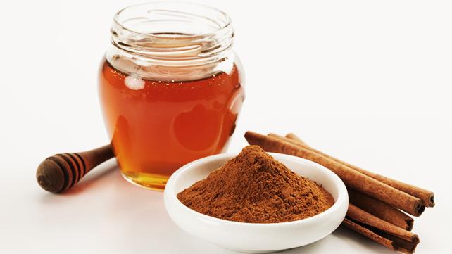 Përse nuk duhet të mungojë në shtëpinë tuaj kombinimi mjaltë-kanellë