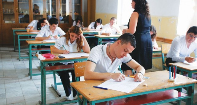 Pagat e mësimdhënësve në Shqipëri shkojnë mbi 500 euro