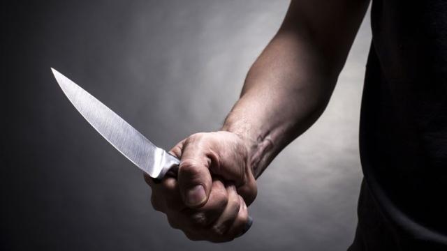 Arrestohet pasi therri vëllain, policia i gjen tri thika dhe një sopat