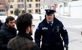 Ndërpritet aksioni për ushqimin e qenve endacak – polici ndihet i fyer dhe u njëllos busti i Skënderbeut